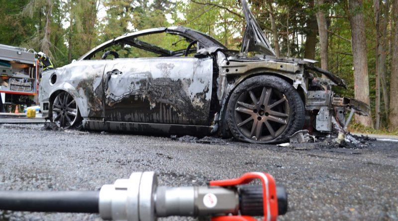 L562 zw. Büchenbronn und Grunbach – Fahrzeug geht während der fahrt in Flammen aus – Fahrer muss in Spezialklinik gebracht werden- 01.10.2016