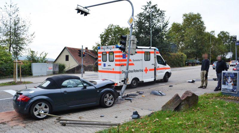 Pforzheim: Audifahrerin wird am Hauptfriedhof geschnitten und prallt gegen Ampelmast – 06.10.2016