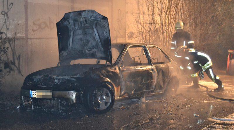 Eutingen: PKW brennt im eutinger Talweg komplett aus – 01.01.2017