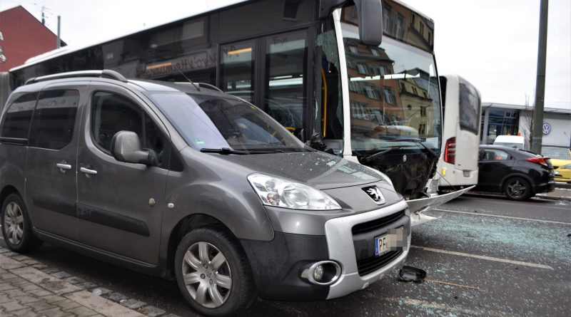 Pforzheim: PKW kommt nach links ab und stößt mit einem Stadtbus zusammen – 03.01.2017