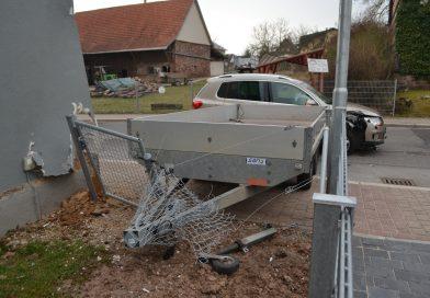 Neuhausen-Schellbronn: Anhänger gestreift – 15.000€ Sachscahden am Anhänger, Haus und Auto