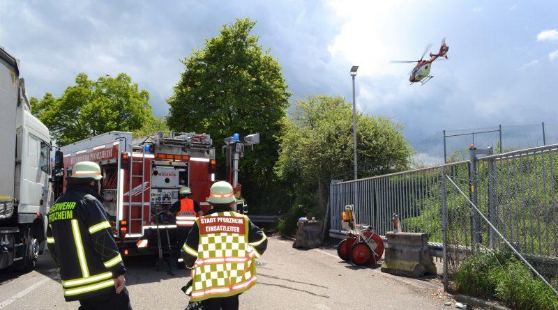 A8 bei Pforzheim-Ost: Handbremse nicht angezogen – LKW-Fahrer zw. LKW und Zaun eingeklemmt