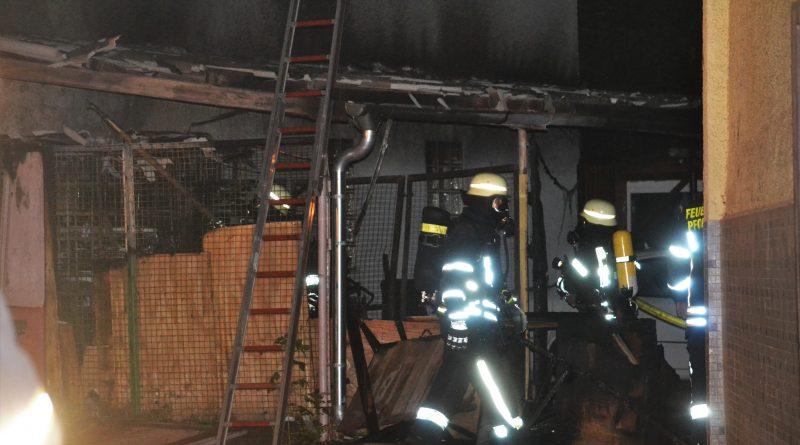 Pforzheim:Brühlstr –  Geräteschuppen brennt lichterloh