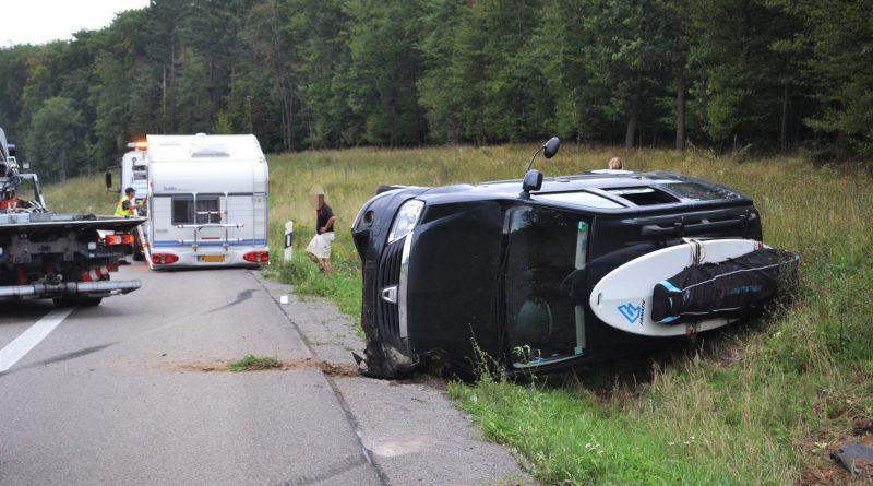 A8 zw. Pforzheim-West und Karlsbad – Wohnwagen beginnt zu schlingern – PKW landet auf der Seite – 15.08.2017