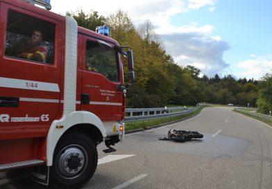Ettlingen: Zu schnell in die Kurve – Motorradfahrer erliegt seinen Verletzungen, Motorrad brennt aus – 03.10.2017