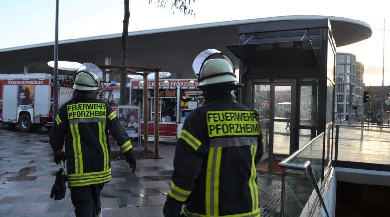 Pforzheim: Noch schnell Rucksack holen – Fahrgast stürzt zwischen Bahnsteig und Straßenbahn