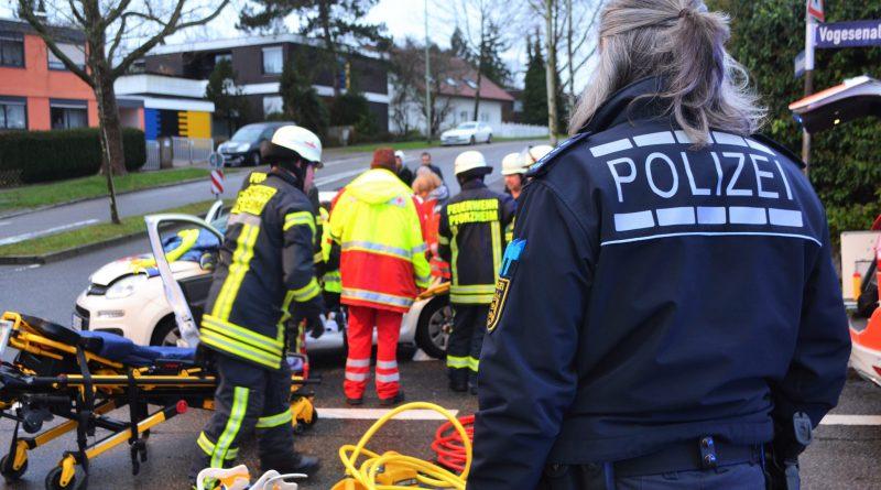 Pforzheim: PKW-Fahrer übersieht LKW und muss von der Feuerwehr befreit werden – 01.02.2018