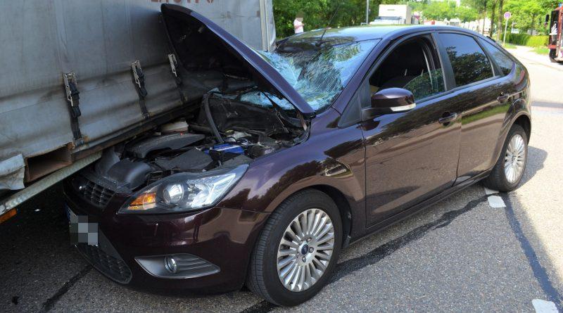 Pforzheim: Tier vors Auto gerannt – PKW fährt in abgestellten LKW-Auflieger – 26.05.2018