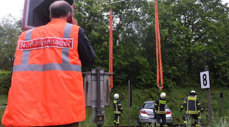 Kurioser Unfall: PKW landet auf den Gleisen am Bahnübergang zwischen Ludwigsplatz und Rotplatte