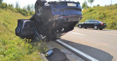 Zu schnell in der Ausfahrt – Porsche bei PF-Süd auf dem Dach gelandet