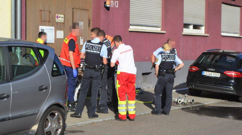 Oststadt: Betrunkener aggressiver  Wohnungsinhaber muss mit Gewalt aus verrauchter Wohnung gebracht werden.